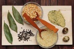 Erbsen Reis und Gewürze sind auf dem Brett Lizenzfreie Stockbilder