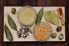 Erbsen Reis und Gewürze sind auf dem Brett Lizenzfreies Stockfoto
