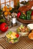 Erbsen-und Kopfsalat-Salate Stockbild