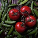 Erbsen und Tomaten Stockbild