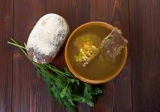 Erbsensuppe mit Rindfleischrippen Stockbild