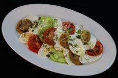 Erbstücktomaten und Mozzarellasalat stockfoto