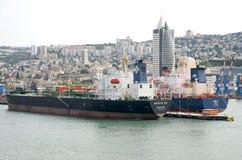 Мerchant statki i widoki miasto, 2013 Haifa, Izrael, Maj - 19 - Fotografia Royalty Free