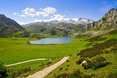 Ercina sjö på Picos de Europa i Asturias Spanien royaltyfri bild