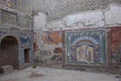 Ercolano, ITÁLIA - 4 de novembro de 2018 Mosaico da parede de Netuno e de Salacia no número da casa 22 nas ruínas de Herculaneum fotos de stock royalty free