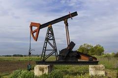 Erdölbohrturm pumpt Erdöl auf dem Feld Lizenzfreie Stockfotos