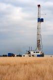 Erdölbohrung-Anlage auf einem Heu-Gebiet Stockbilder