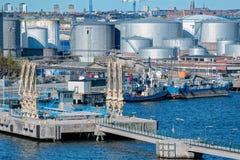 Erdölerzeugnis-Behälterdepot im industriellen Seehafen Stockholms schweden stockbild