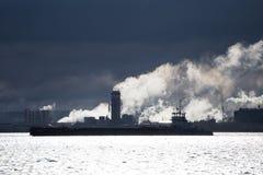 Erdölgascontainerschiff und Erdölraffineriehintergrund für Energieseetransport stockbilder