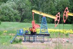 Erdölpumpen-Schwingenerdöl von einer Ritze Lizenzfreie Stockfotografie