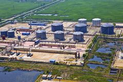 Erdölraffinerie-Behälter Stockfoto