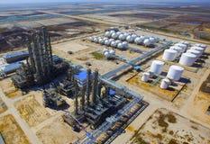 Erdölraffinerie-Behälter Stockfotografie