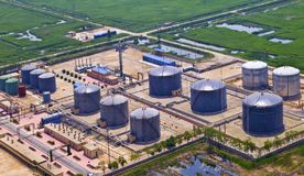 Erdölraffinerie-Behälter Stockfotos