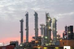 Erdölraffinerie bei drastischem Sonnenaufgang Stockfoto