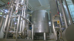 Erdölraffinerie, Brennstoffrohrleitungsbau innerhalb der Raffineriefabrik stock footage