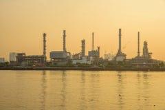 Erdölraffinerie in dem Fluss in der Sonnenaufgangzeit stockfoto