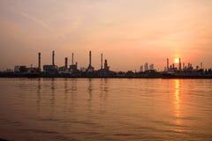 Erdölraffinerie in dem Fluss in der Sonnenaufgangzeit lizenzfreie stockfotografie