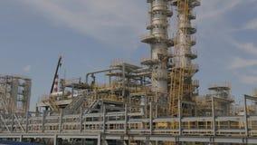 Erdölraffinerie - Industrieanlage stock footage
