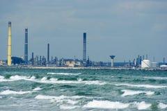 Erdölraffinerie in Meer Stockbild