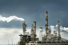 Erdölraffinerie mit Rauche Lizenzfreie Stockbilder