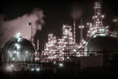 Erdölraffinerie nachts stockbilder