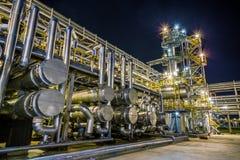 Erdölraffinerie nachts lizenzfreie stockbilder
