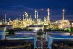 Erdölraffinerie- oder Erdölraffinerie und Sammelbehälter in der Nacht Stockbild