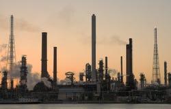 Erdölraffinerie am Sonnenuntergang Stockbild