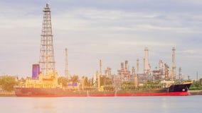 Erdölraffinerie und beides Behälterflussfront Lizenzfreie Stockfotos