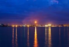Erdölraffinerie und Werfte nachts Stockfotografie