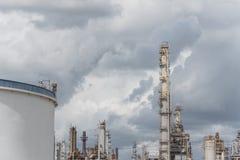 Erdölraffinerie unter bewölktem Himmel in Pasadena, Texas, USA lizenzfreie stockbilder