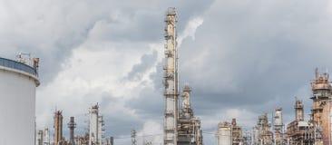 Erdölraffinerie unter bewölktem Himmel in Pasadena, Texas, USA stockfotografie