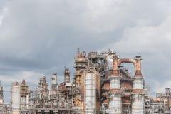 Erdölraffinerie unter bewölktem Himmel in Pasadena, Texas, USA lizenzfreie stockfotos