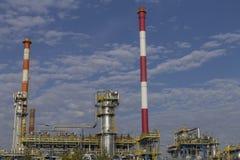 Erdölraffinerieanlage gegen blauen Himmel Lizenzfreies Stockbild