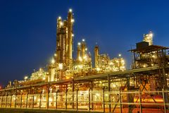 Erdölraffinerieanlage oder -fabrik lizenzfreies stockfoto