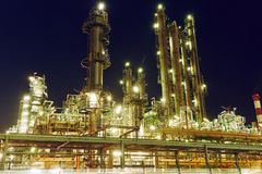 Erdölraffinerieanlage oder -fabrik lizenzfreie stockbilder