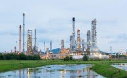 Erdölraffinerieanlage am Sonnenaufgang Stockfoto