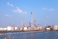 Erdölraffinerieenergiereservespeicher Stockbild
