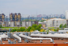 Erdölraffineriefabrikgefäße Stockfotos