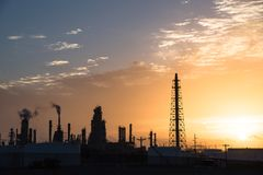 Erdölraffinerieschattenbild bei Sonnenaufgang Stockbild