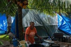 Erdbebenopfer, das draußen im Lager sich wäscht Lizenzfreie Stockbilder