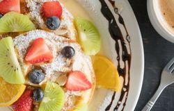 Erdbeer-Blaubeer-Kiwi Lemon Waffle Chocolate Coffee-Nachtisch Flatlay halber stockfotos