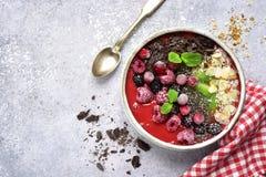 Erdbeerbanane Smoothieschüssel überstieg mit Schokolade und Mandel stockfoto