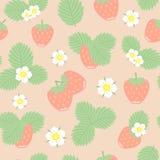 Erdbeerbeeren, -blätter und -blumen vector nahtloses Muster Lizenzfreies Stockfoto