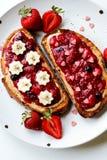 Erdbeerchiajamerdnussbuttertoast stockfotografie