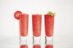 Erdbeercocktail auf dem hellen Hintergrund Lizenzfreie Stockfotos