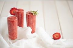 Erdbeercocktail auf der hölzernen weißen Tabelle Stockfotografie