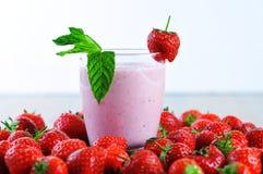 Erdbeercremenahaufnahme und weißer Hintergrund Lizenzfreie Stockfotografie