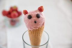 Erdbeere überstieg Eiscreme in der Oblate stockfoto
