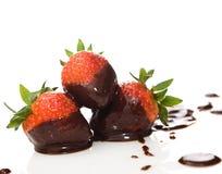 Erdbeere abgedeckt in der dunklen Schokolade Stockfotos